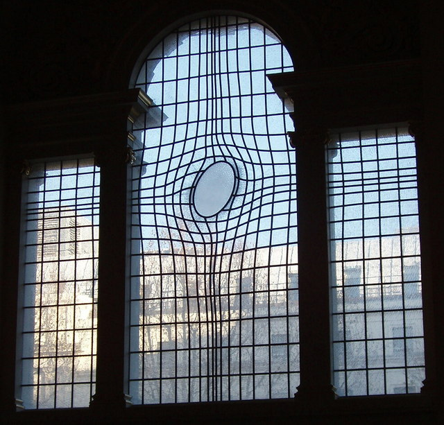 Shirazeh Houshiary, East Window, 2008, mondgeblazen en geëtst glas, roestvrij staal, St. Martin in the Fields, Trafalgar Square, Londen (foto: David Hawgood, via Wikimedia)