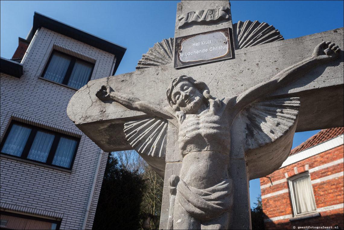 De Lachende Christus aan het kruis, te De Klinge, België.