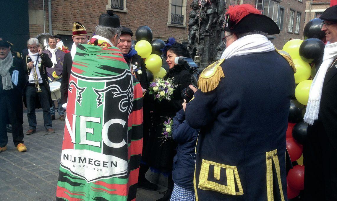 Pastor Ekkehard Muth draagt in de feestvreugde een NEC-kazuifel (misgewaad) (foto: privé-archief Ekkehard Muth)